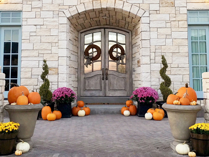 front-porch-halloween-decor